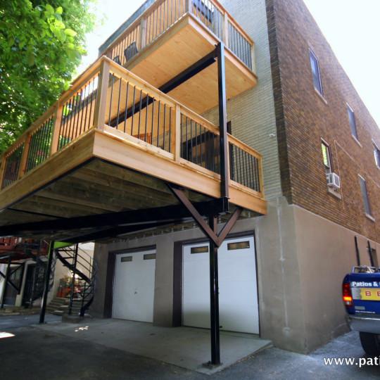 Patio deux étages avec structure en acier Kobelt