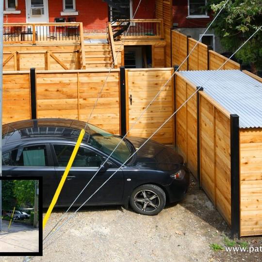 Clôture en bois horizontale et poteaux d'aluminium noir