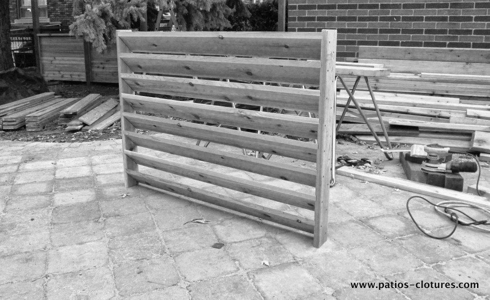 Assemblage des persiennes horizontales dans la clôture