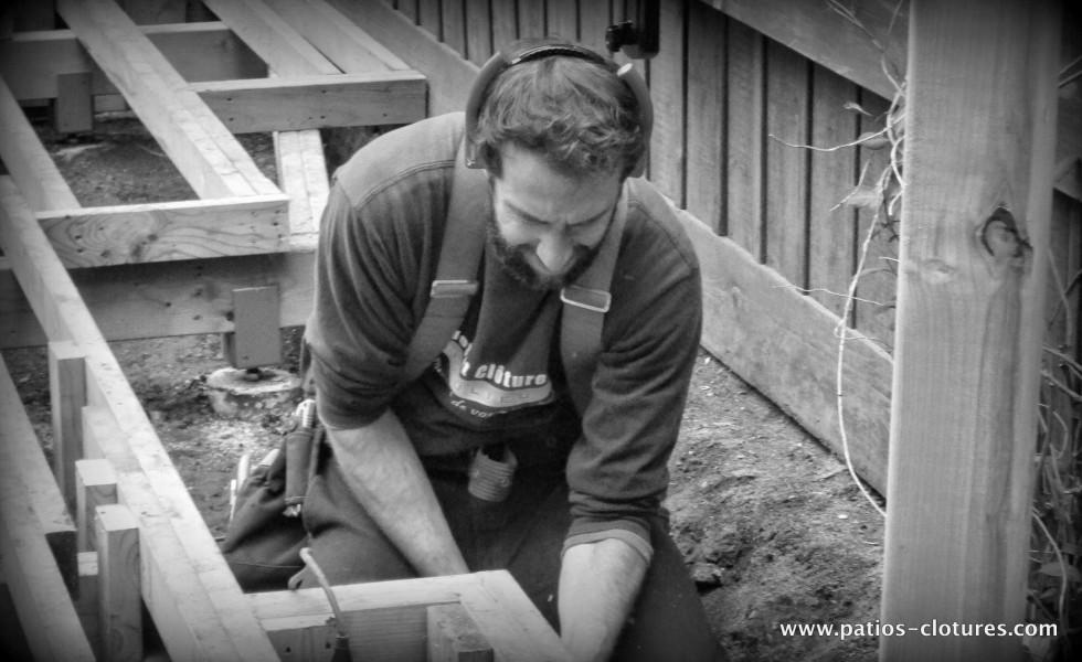 Pat assemble la structure du patio autour de la piscine creusée