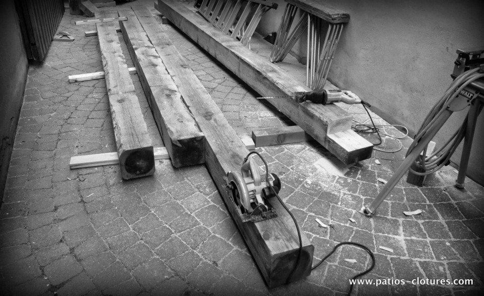 Coupe des poutres en pruche de l'Est pour la construction de la pergola au dessus de la piscine