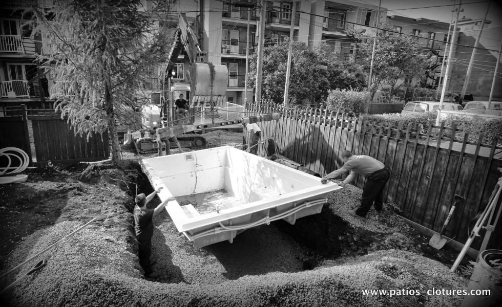 Installation de la piscine creusée Fibro par la ruelle à Montréal