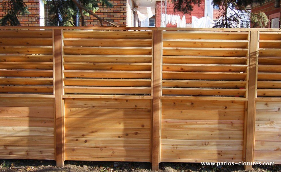 Front vue of a fence with fixed horizontal louvers