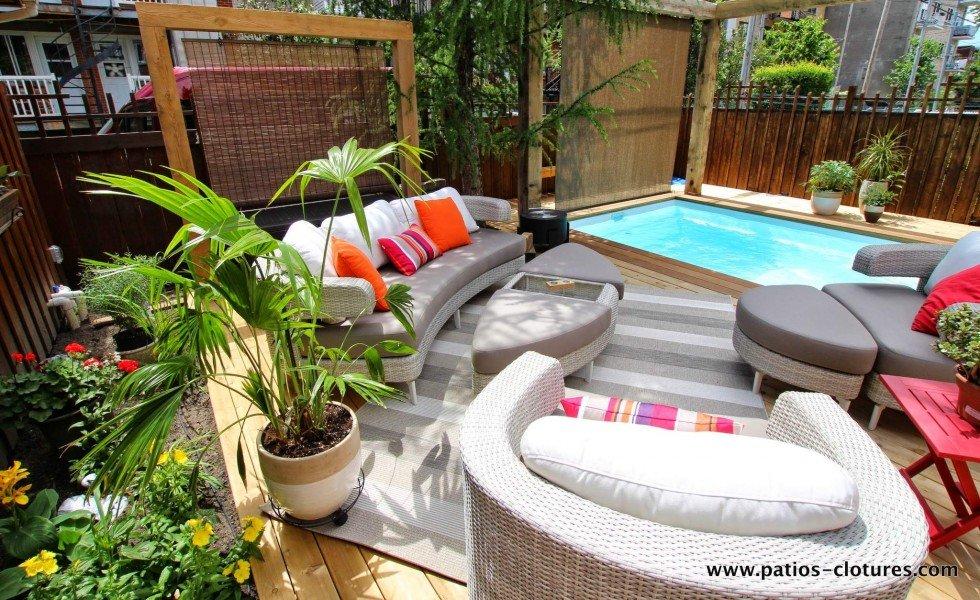 Jardin autour d'une terrasse en bois
