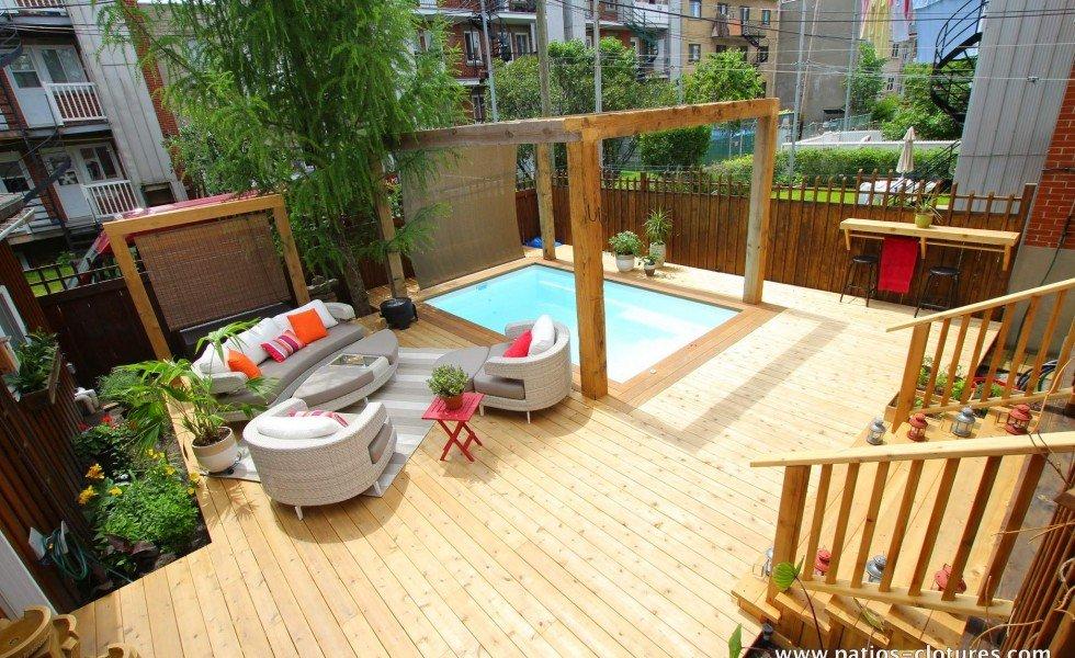 Vue d'ensemble de la terrasse en bois autour de la piscine Fibro