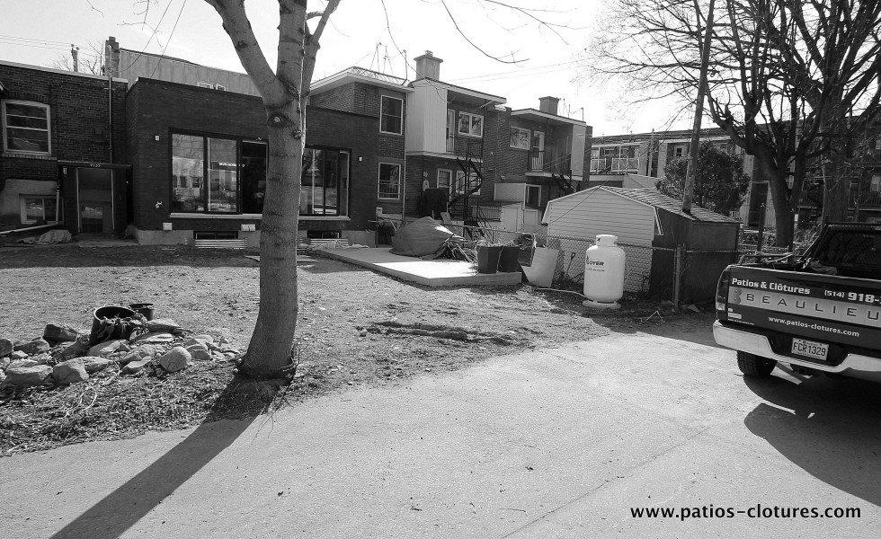 Vue de la cour avant l'installation du spa de nage à partir de la ruelle