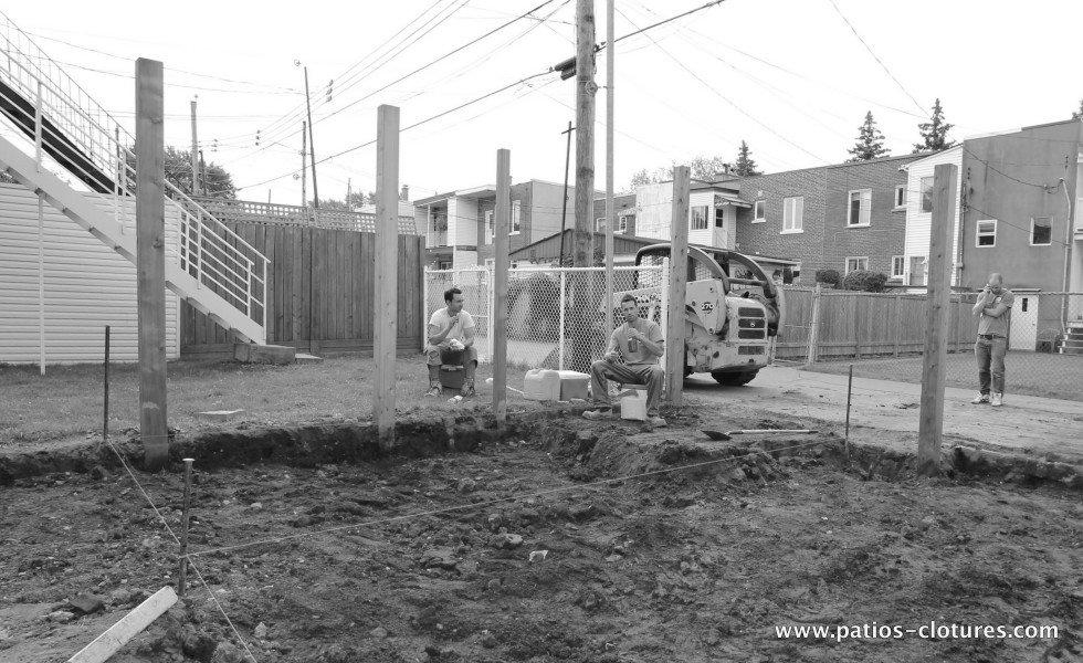 Avant la construction de la porte coulissante, de la clôture et du cabanon avec porte coulissante