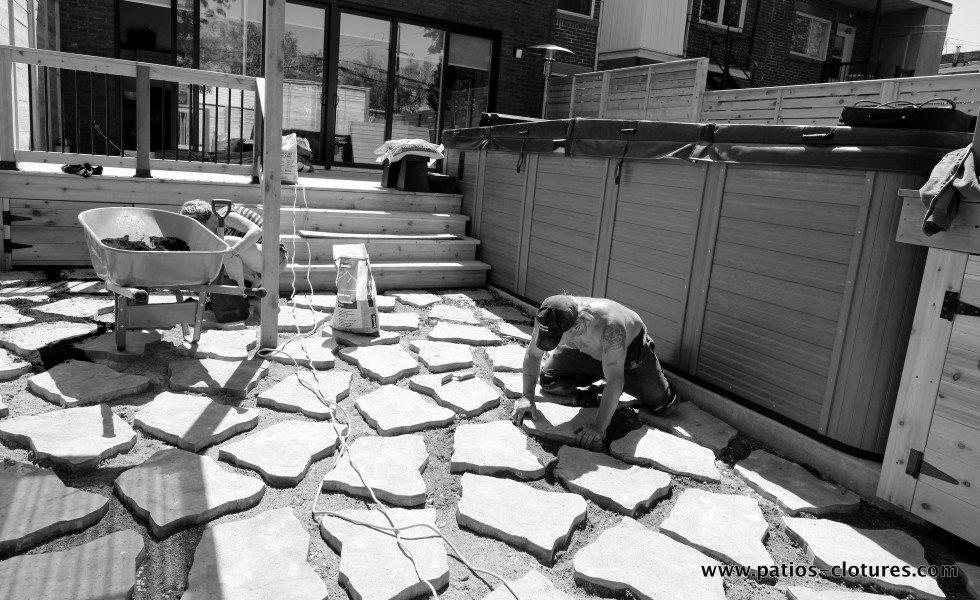 Installation de dalles entourées de thym