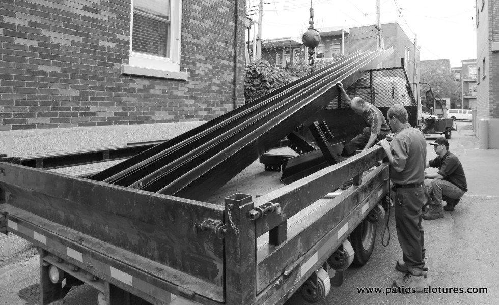 Livraison des poutres d'acier pour supporter un terrasse sur le toit