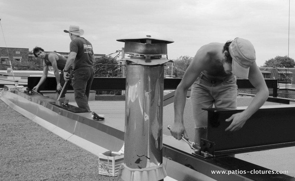 Ancrages des poutres d'acier sur les parapets pour supporter un terrasse sur le toit
