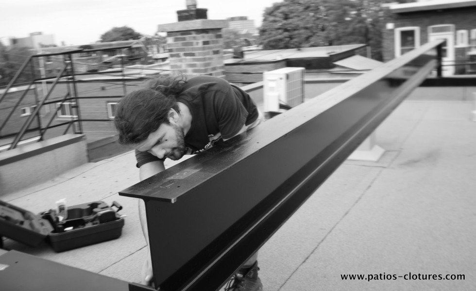 Ancrages des poutres d'acier sur les parapets pour supporter un terrasse sur le toit 2