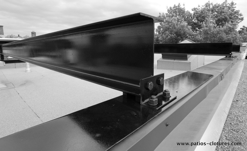 Support plate for steel beams on the parapets to support a rooftop terrace