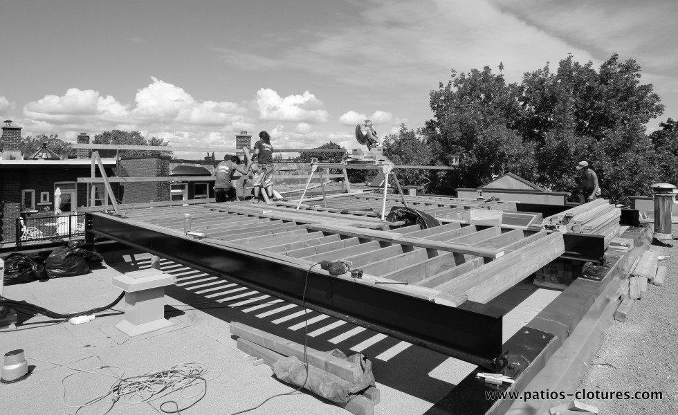 Construction d'une terrasse sur le toit avec poutres d'acier