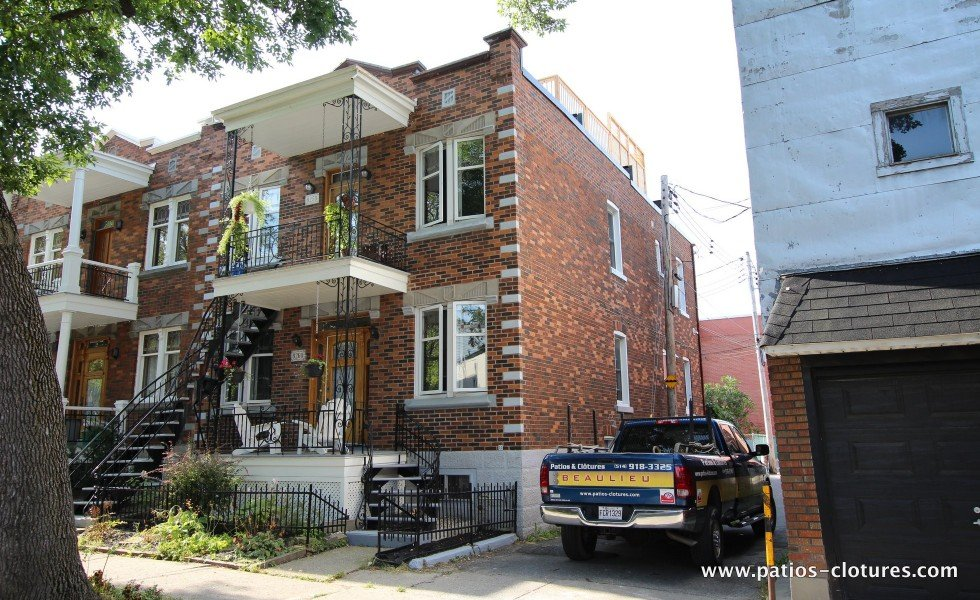 Vue acceptable d'une terrasse sur le toit à partir de la rue car le côté du bâtiment est une ruelle