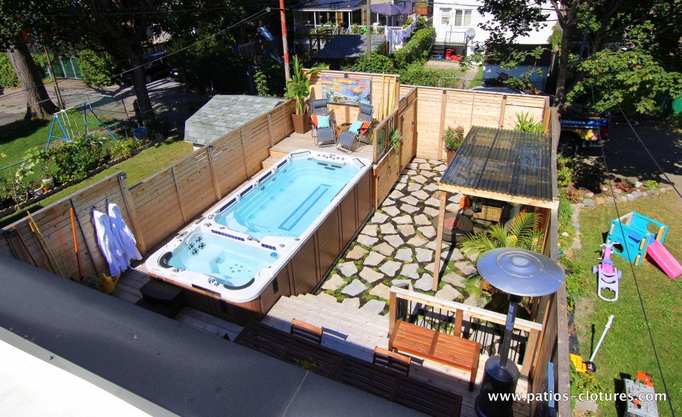 Patio avec spa de nage, vue de l'ensemble de la cour du côté droit