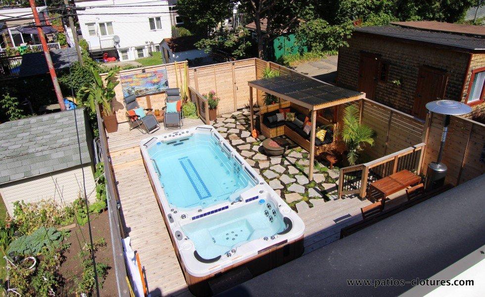 Patio avec spa de nage, vue de l'ensemble de la cour du côté gauche