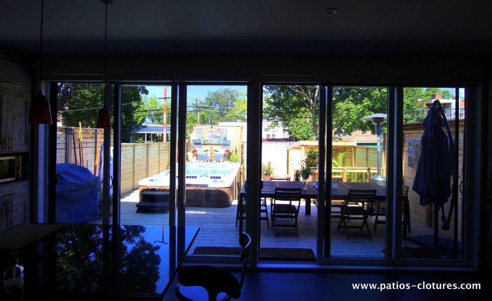 Patio avec spa de nage, vue de l'ensemble de la cour de l'intérieur de la maison