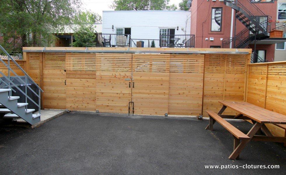 Porte coulissante quadruple fermée côté intérieur de la cour