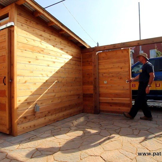 Sliding door and shed with sliding door