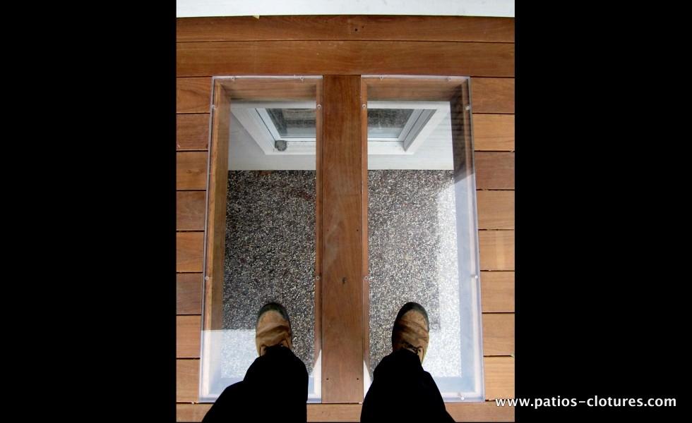 Le plexiglass est très résistant et son incorporation dans le plancher est une solution idéale pour permettre à la lumière de se rendre au fenêtres du sous-sol