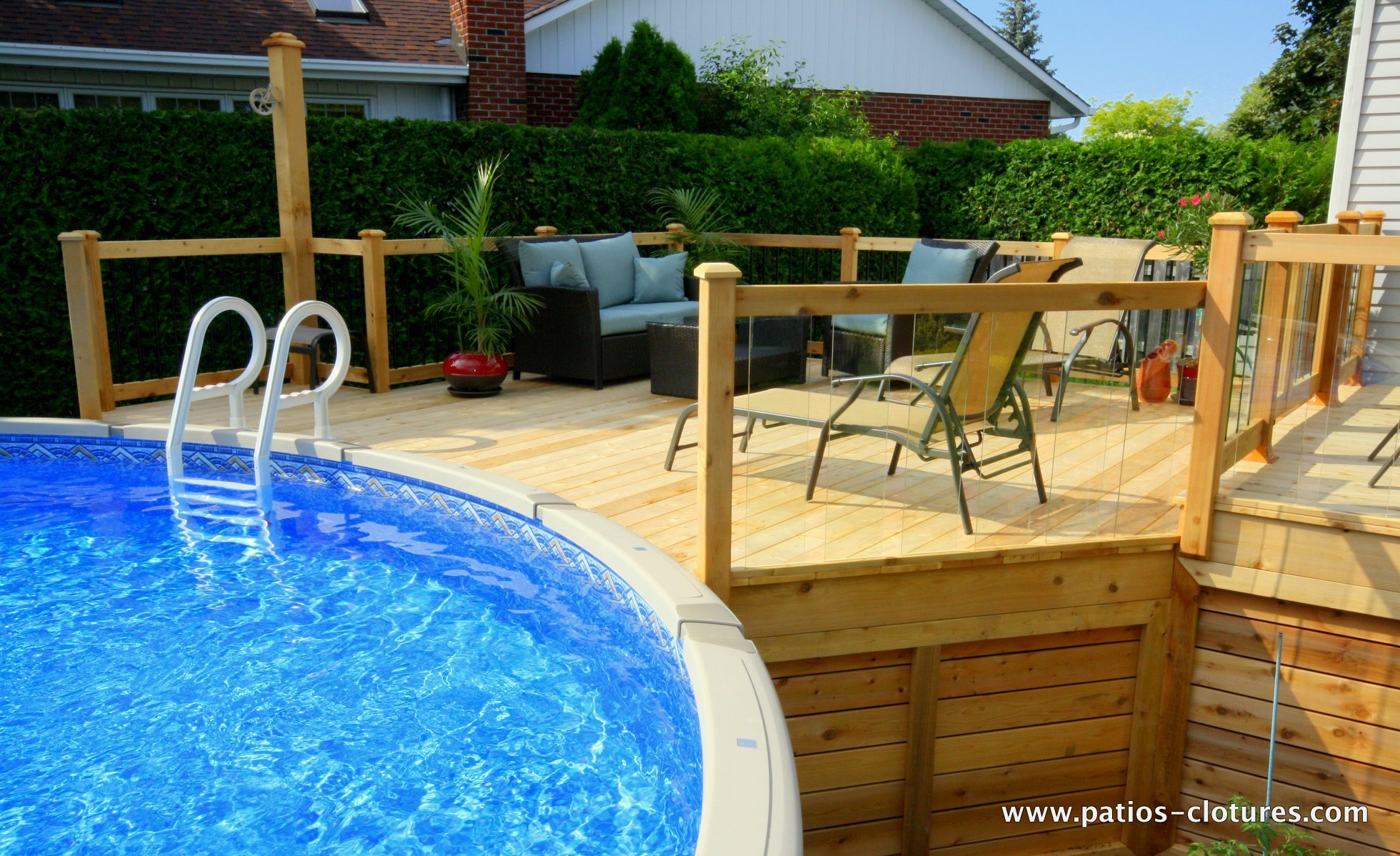 Patio en bois avec piscine hors terre modern patio outdoor for Cloture de piscine hors terre