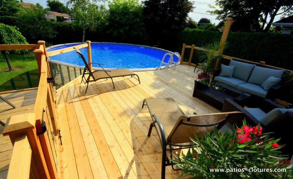 Grand deck de piscine hors terre avec espace lounge