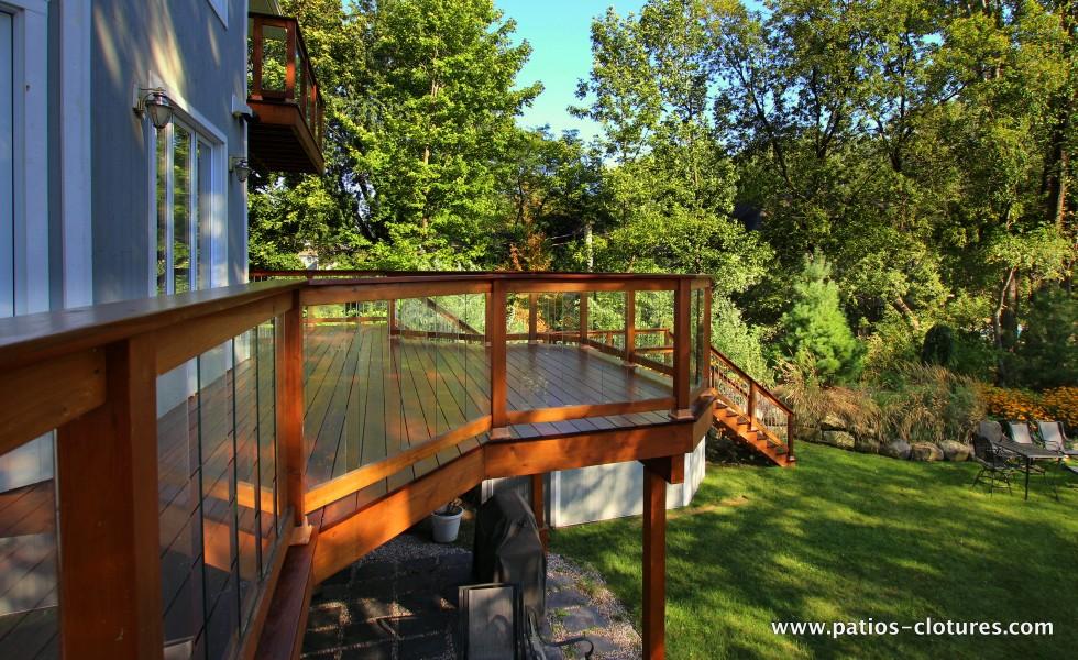 Rampe en cèdre rouge et panneaux de verre trempé sur un balcon en ipé