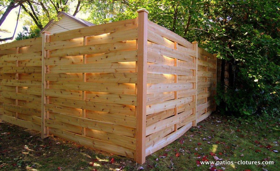 Modèle de clôture en bois tradionnel. Le style clôture tressé