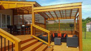 Deux pergolas recouvertes de polycarbonate pour se protéger de la pluie pendant le repas ou assis dans le lounge (projet Baltazar)
