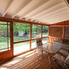 Véranda avec murs en moustiquaire, plafond avec solives exposées - vue intérieure- (projet Côté)