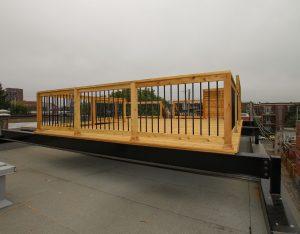 Terrasse sur le toit reposant sur des poutres en acier ancrées sur les parapets du batiment pour transférer le poids de la terrasse sur les murs porteurs (projet Durieux)