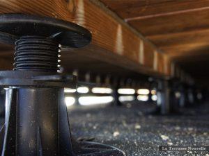 Une terrasse sur toit posée sur plots à vérin permet la construction lorsque la structure du toit peut supporter le poids de la terrasse (crédit photo la-terrasse-nouvelle.com