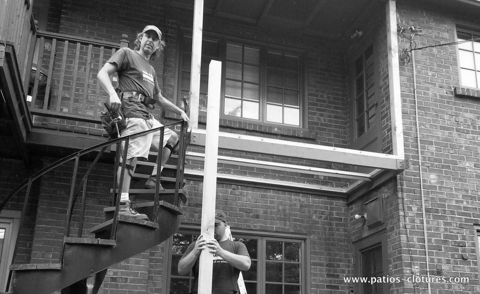 Alex et Brad pendant la construction du balcon à deux étages en cèdre Palmer
