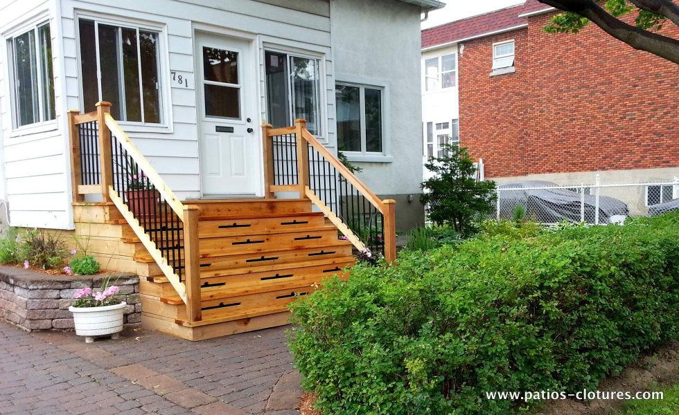 Front balcony made of cedar Gagnon
