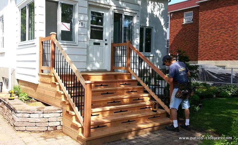 Front balcony made of cedar Gagnon - finishing touches