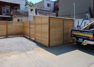 Cabanon en bois de cèdre intégré à la clôture