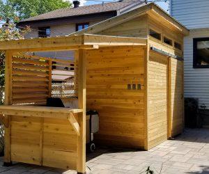 Cabanon en cèdre avec un espace couvert pour le BBQ et un comptor de service (projet Maher)