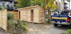Cabanon en cèdre intégré à la clôture avec trois espaces de rangements individuelles (projet Boileau)