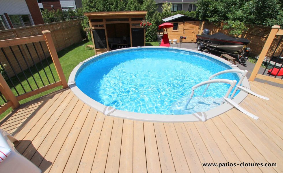 Large pool deck for an above ground pool La France