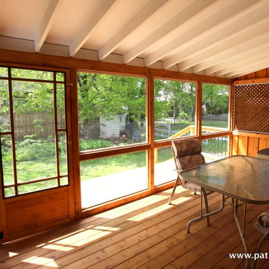 Inside the cedar veranda with mosquito screen and asphalt shingle roof Côté
