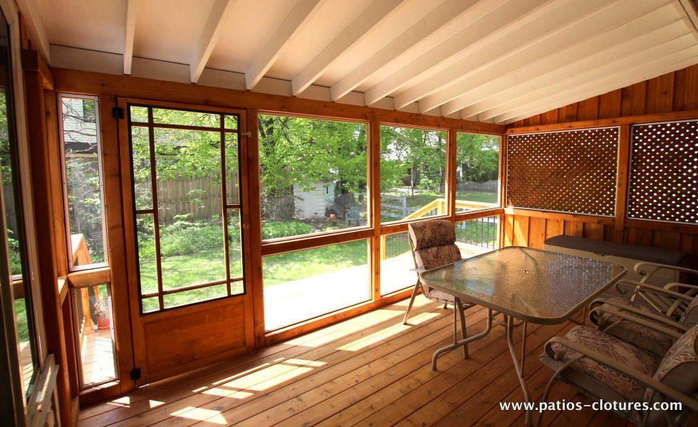 Inside the cedar veranda with mosquito screen and asphalt shingle roof Côté