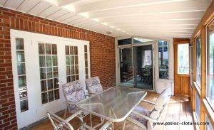 Inside the cedar veranda with mosquito screen and asphalt shingle roof Côté - 2