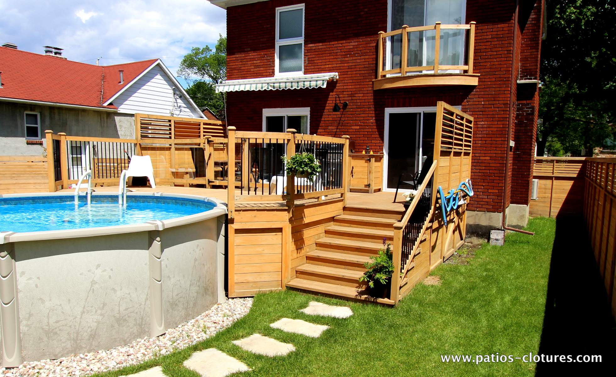 Deck la france patios et cl tures beaulieu for Piscine hors terre design