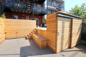 Porte coulissante double pour maximiser l'accès à l'intérieur d'un petit cabanon (projet Aubertin)