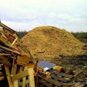 Copeaux de bois de vieux patios ne sont pas enfouis
