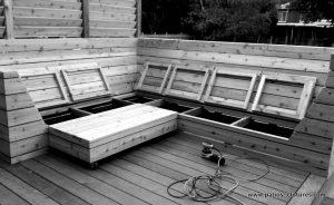 Construction du divan de coin en cèdre. Le siège s'ouvre en sections pour ranger les coussins. Patio Blanchette.