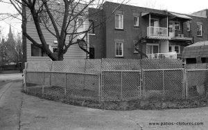 Côté ruelle - avant la construction de la clôture horizontale peek-a-boo (petites lattes)