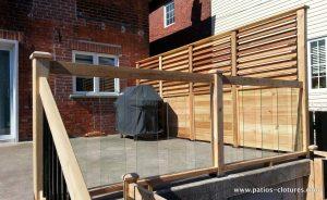 Rampes avec panneaux de verre sur un patio de béton