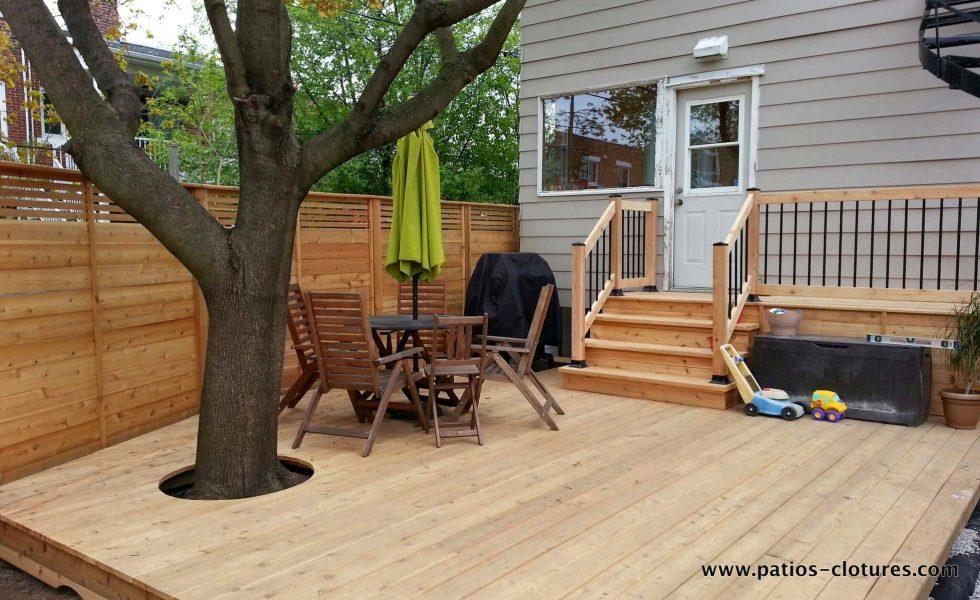 terrasse basse en bois de cèdre avec clôture horizontale intime