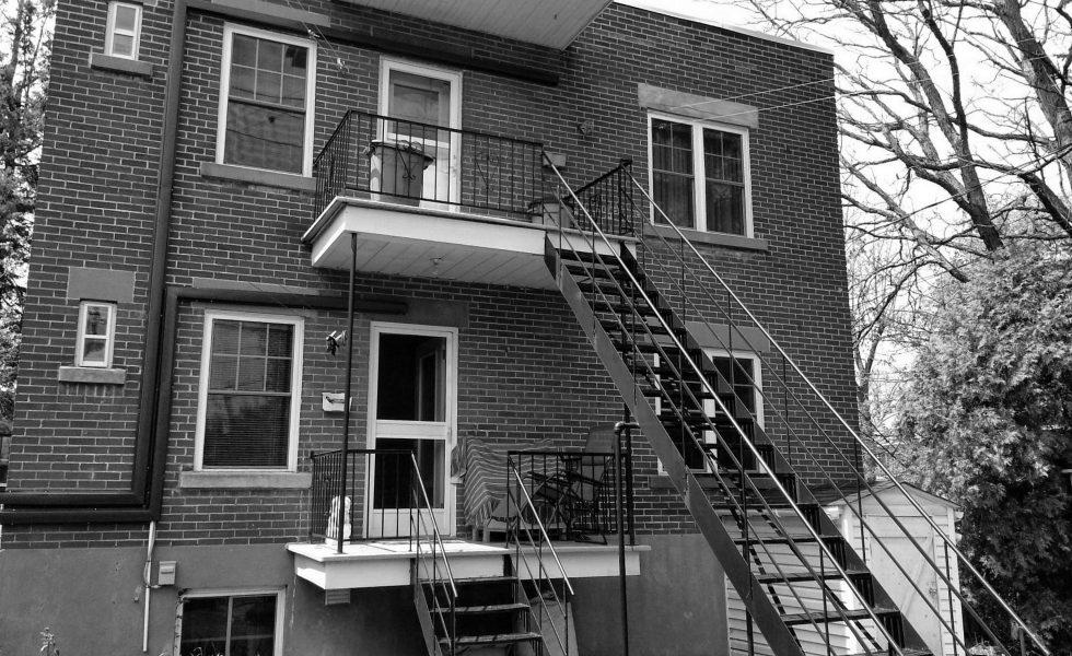 Avant la construction du patio à deux étages Chartré. Vue de gauche.